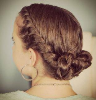 Натурально русый цвет волос на средние волосы, прическа на 1 сентября со жгутами