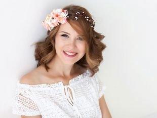 Простые прически на каждый день на средние волосы, удлиненное волнистое каре, декорированное цветочным ободком