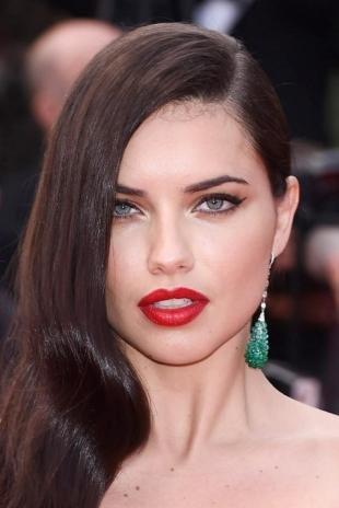 Вечерний макияж для брюнеток с карими глазами, макияж для серых глаз со стрелками и красной помадой