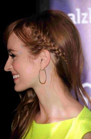 Золотисто каштановый цвет волос, прическа с косичкой для тонких волос