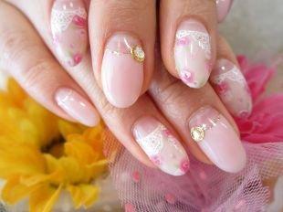 Маникюр с цветами, нежный лунный маникюр в розовом цвете с камнями