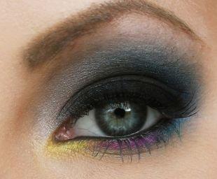 Темный макияж для шатенок, выразительный макияж для серо-голубых глаз