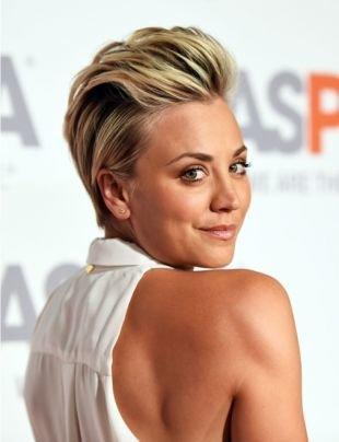 Цвет волос блонд, модная короткая стрижка, с зачесанными назад волосами