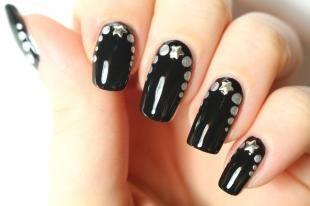 Маникюр с точками, черный маникюр с серебристым декором