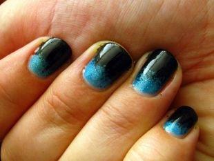 Лёгкий маникюр на коротких ногтях, градиентный черно-синий маникюр с блестками