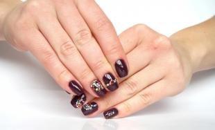 Рисунки блестками на ногтях, бордовый маникюр с узорами из страз