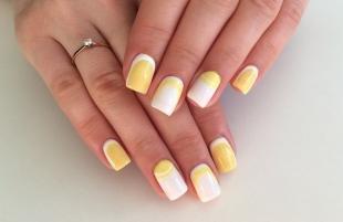 Лунный маникюр шеллаком, оригинальный лунный маникюр в желто-белом цвете