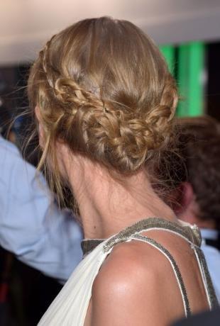 Цвет волос капучино, вечерняя прическа с бохо-косами