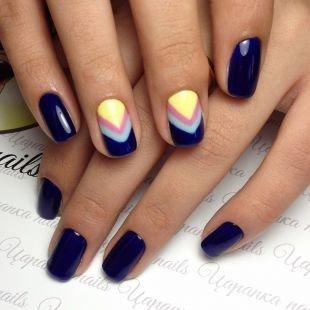 Современные рисунки на ногтях, темно-синий маникюр с геометрическим орнаментом