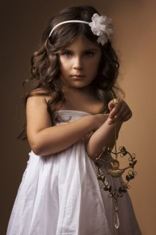 Прически с челкой на длинные волосы, романтичная детская прическа на выпускной с ободком