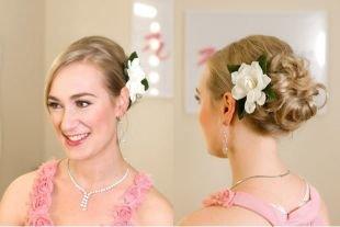 Греческая прическа с челкой на средние волосы, романтичная прическа на средние волосы с цветком