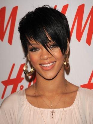 Черный цвет волос, ультрамодная короткая стрижка с длинной косой челкой