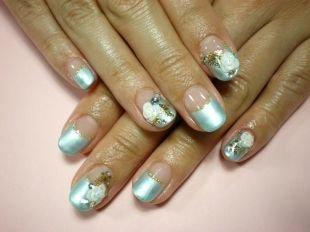 Свадебный маникюр на короткие ногти, голубой френч с золотистой каемочкой, стразами и слепленным цветком