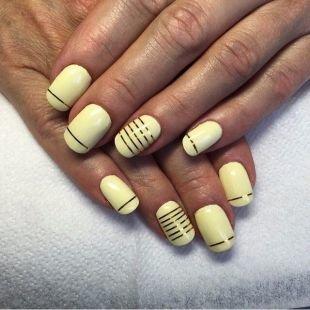 Рисунки фольгой на ногтях, кремовый маникюр с металлическими полосками