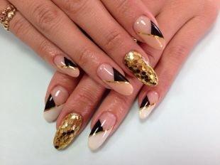 Дизайн ногтей шеллаком, бежево-черный угловой френч с золотистой полосочкой на нарощенных ногтях