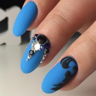 Маникюр под синее платье, матовый голубой маникюр с черным узором и камнями
